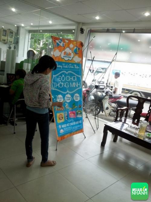 Poster quảng cáo được treo lên giá standee cao cấp